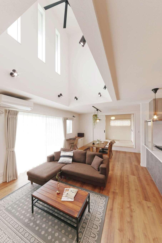 アフターホーム【デザイン住宅、趣味、間取り】壁をそのまま上に伸ばさずワンアクションつけた吹き抜け。立体感が生まれ、空間に変化をもたらしてくれる