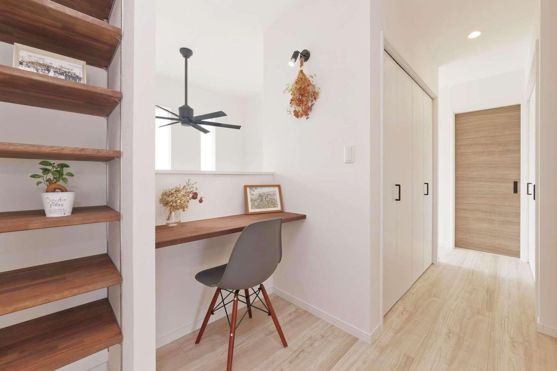 アフターホーム【デザイン住宅、趣味、間取り】2階の階段を上がったところにスタディコーナーを。吹き抜けから光が入って明るさも十分。本棚も合わせて造作