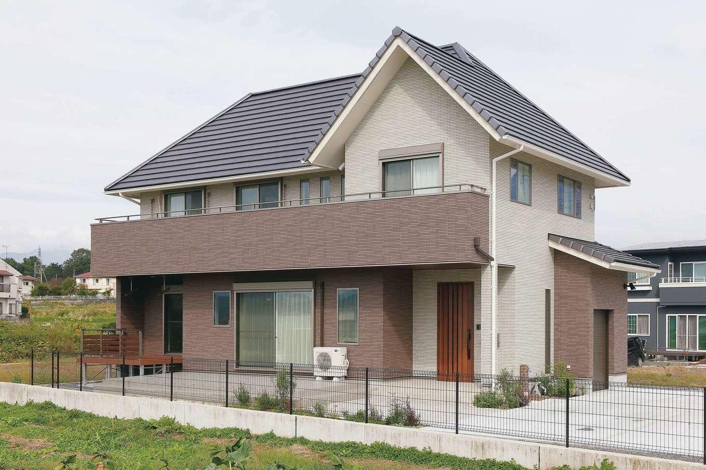 アフターホーム【デザイン住宅、趣味、間取り】三角屋根のボリューム感のある外観。洗濯物をたくさん干せる大きなバルコニーも奥さまのご希望