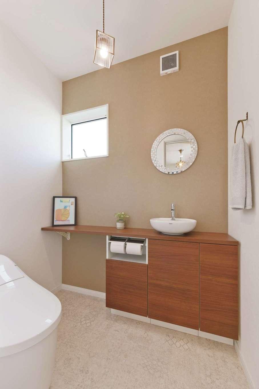 アフターホーム【デザイン住宅、趣味、間取り】来客も使う1階トイレ。ブラウンのアクセントウォールでシックな雰囲気に
