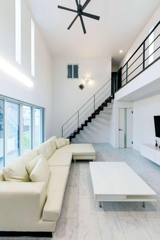圧倒的な開放感に満たされた室内。高気密・高断熱性能により、これだけの大空間でも冷暖房効率が良く、光熱費を軽減。吹抜けの小窓は長女の部屋