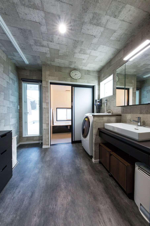 ご主人が最もこだわった2階の浴室。裸のままバルコニーに出られるよう腰壁を高くした。手前はランドリールームで、洗濯、部屋干し、アイロンまでがここで完結。共働きの奥さまの時短に貢献している