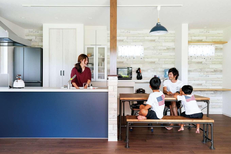 夫婦の好きな紺色を家の随所に採用。パーティスタイルのキッチンは家族みんながお手伝いしやすく、家事効率もUP!