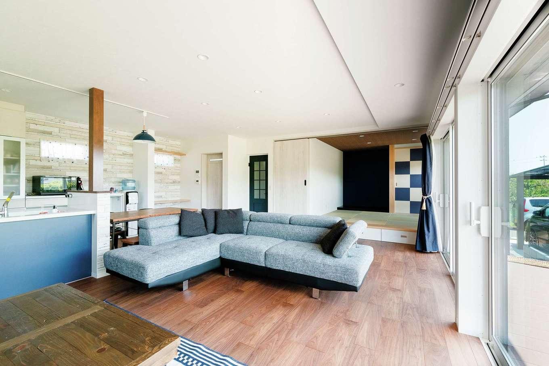 和室と合わせると30畳を超えるLDK。床の色に合わせて、家具も『ひだまり工房』がコーディネート
