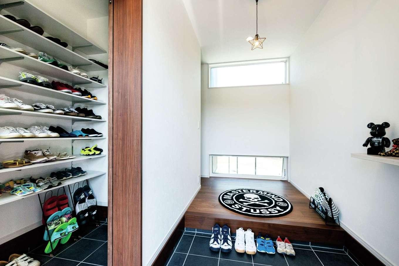 明るく広々とした玄関ホール。ご主人のスニーカーコレクションが整然と並ぶ玄関クローゼット。上着やリュック収納も備えられていて便利だ