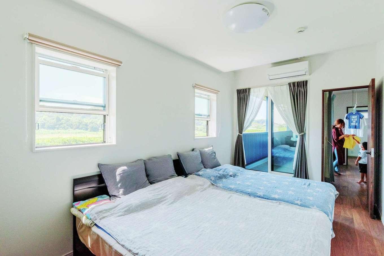 寝室は白を基調とした天井と壁に、床はウォールナット色の落ち着いたトーンでコーディネート。バルコニーへの専用出入りサッシもインテリアの一部になるよう考えて配置した