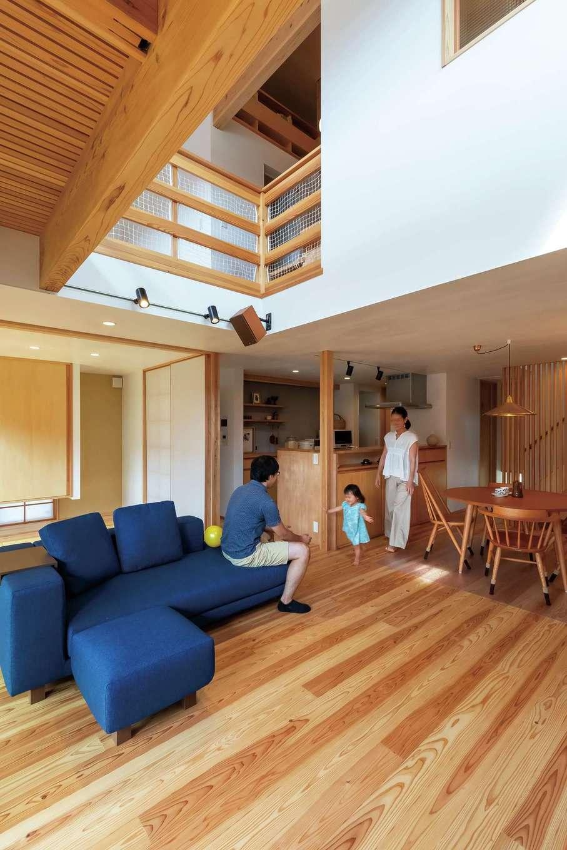 あだちの家。足立建築【収納力、間取り、インテリア】心地よいLDK。吹抜けは同社標準仕様。自然光を部屋の奥まで届けたり、風の通り道にしたり、室内温度を上下階で均等にしたりと重要な役割を持つ