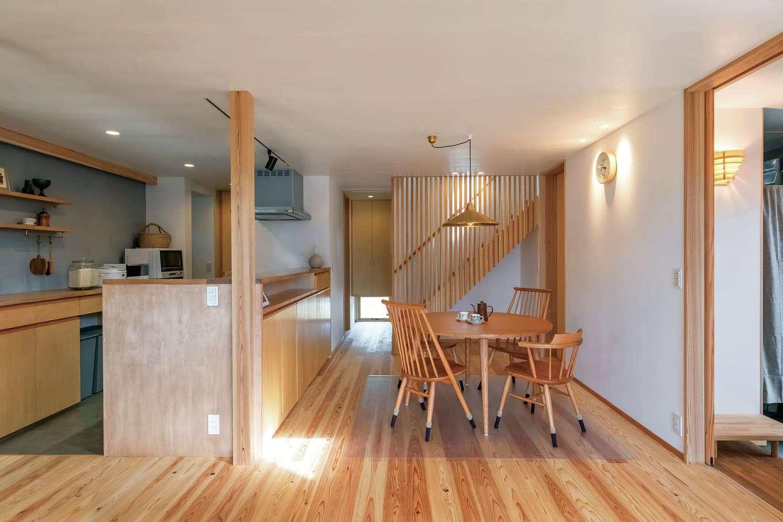 あだちの家。足立建築【収納力、間取り、インテリア】ダイニングキッチンは異素材を使用しながらも調和の取れたコーディネート