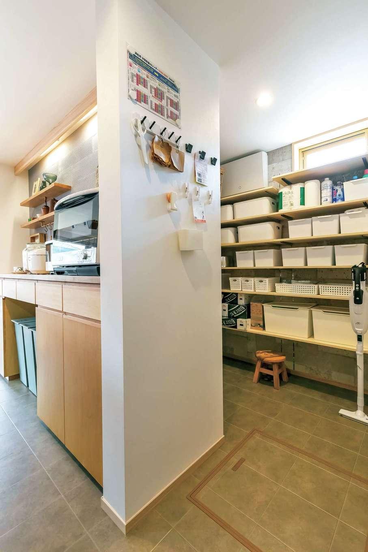 あだちの家。足立建築【収納力、間取り、インテリア】キッチン裏側の大容量パントリー。コンパクトながらも豊富な収納スペースは設計力のある同社ならでは