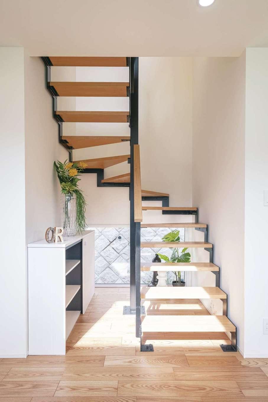 OWN RESORT HOME(オウンリゾートホーム)【三島市若松町4626・モデルハウス】アイアンのスケルトン階段。奥に地窓を設けて抜け感を強調