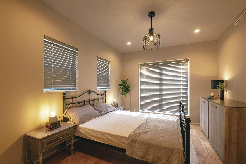 OWN RESORT HOME(オウンリゾートホーム)【三島市若松町4626・モデルハウス】就寝前のひとときが待ち遠しくなる寝室。ヴィンテージ調のコーディネートがくつろぎの時間を演出