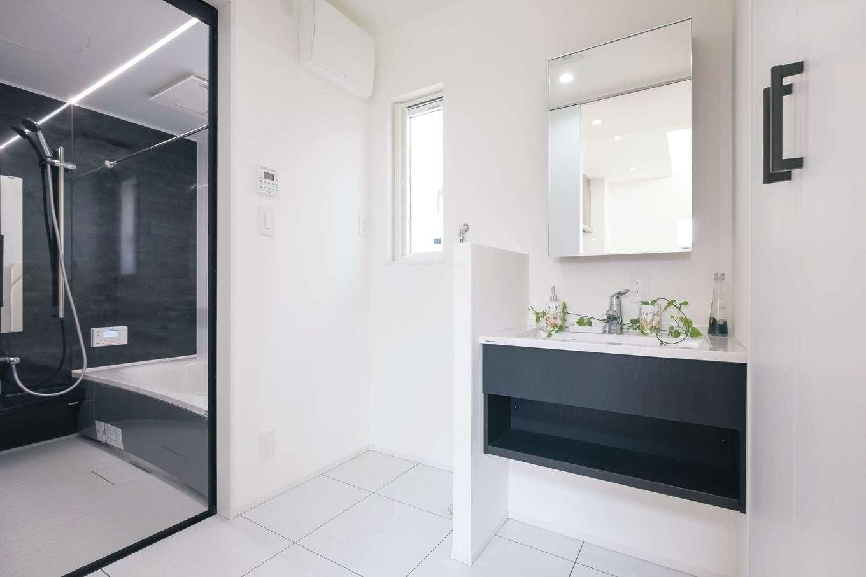 OWN RESORT HOME(オウンリゾートホーム)【三島市若松町4626・モデルハウス】生活感が出やすい洗面脱衣所も白×黒のモノトーンでシックな空間に
