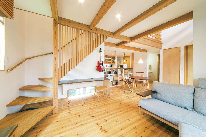 リビング階段を彩る木製の化粧格子は風を通す役割も兼ねる