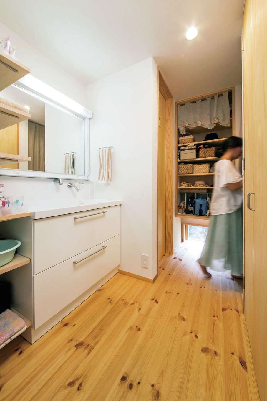 あだちの家。足立建築【子育て、狭小住宅、間取り】ダイニングからアクセスできる洗面&手洗いとシューズクローク。狭小住宅ながら大容量の収納