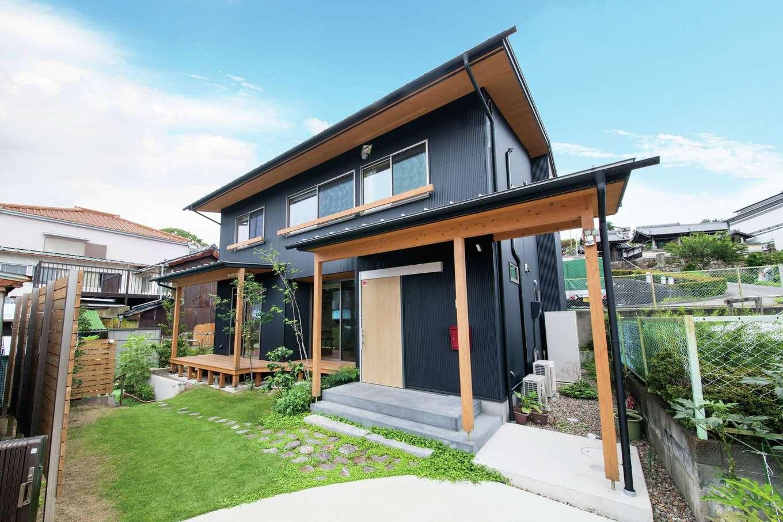 自然エネルギーを最大限活用できるパッシブデザインの住まい。設計上は不利な狭小変形地にうまく収めつつ、庭と駐車場まで完備。もちろん、Mさん家族のライフスタイルに配慮した暮らしやすさも実現している