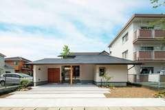 生活に潤いを与える中庭と 大屋根が包む寛ぎの住まい