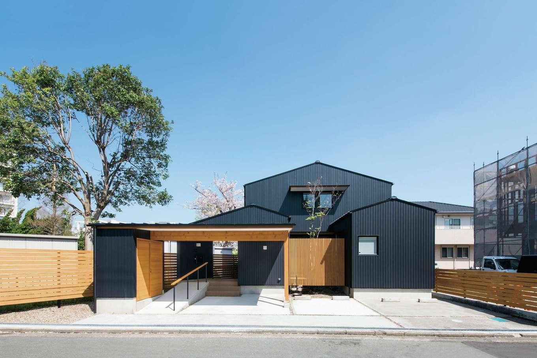 ガルバリウムと木材のモダンな外観は市街地にマッチしたデザイン