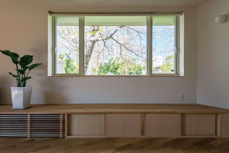 2階の窓から覗く桜の花に目を奪われる