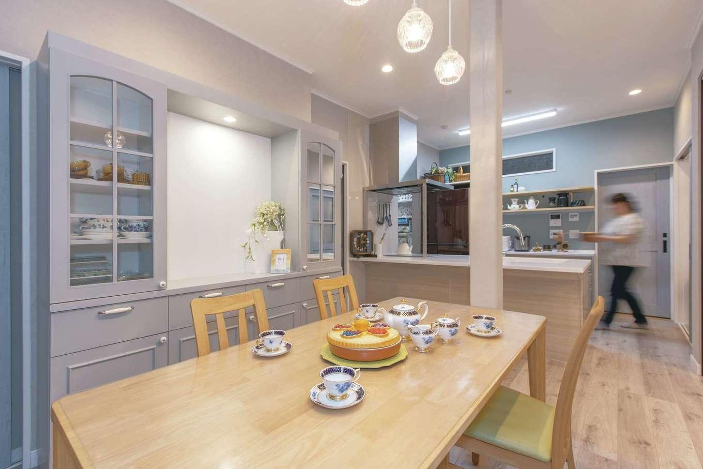 Ayami建築工房|テーブル上のカラフルな器は、幼少期にお母さまお手製のお菓子を入れていたもの。週末、家族だけのティーパーティでもフルセットで食器を使い、華やかな雰囲気を楽しむ