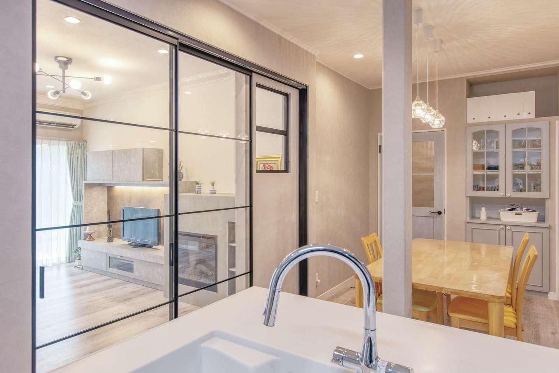 Ayami建築工房|キッチンからは全体が見渡せ、気持ちよく炊事を行える。リビング入口は閉めていても家族の気配が伝わるよう、ガラス戸に