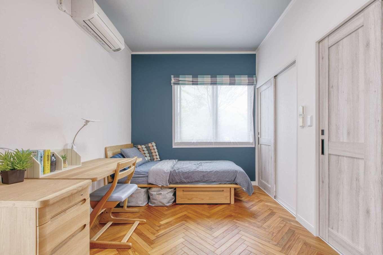 Ayami建築工房|ブルーの壁とヘリンボーンの床がお洒落な長男の部屋。右手には、主寝室側からも使える書斎とウォークインクローゼットが続く