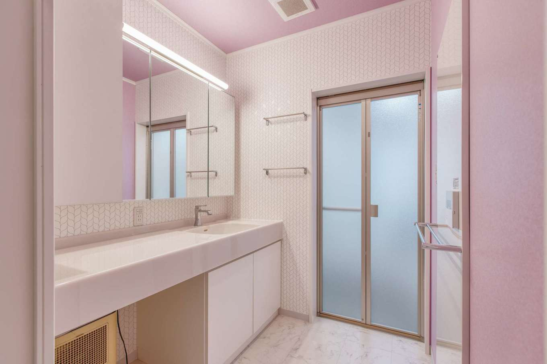 Ayami建築工房|食器棚の間を進むと、奥さまと長女が使う洗面へ