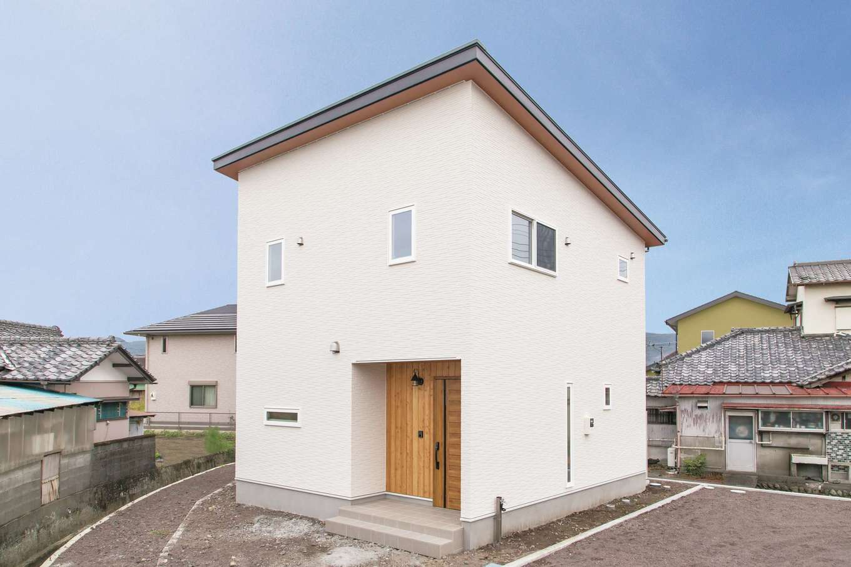 緩やかな片流れ屋根を採用したシカクイ家。木目調の軒天が白い外壁のアクセントに。凹凸のないシンプルな総2階にしたことで安定し、耐震性が増すと同時に建築コストも軽減できる。土地と建物を合わせて2,400万円台で完成!