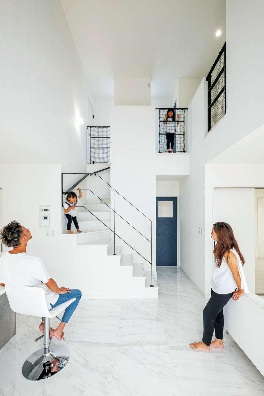アフターホーム【デザイン住宅、子育て、インテリア】白い空間にアイアンの手すりとネイビーのドアが映える。オープンなリビング階段は『アフターホーム』のショールームで奥さまがひと目惚れしたのだそう