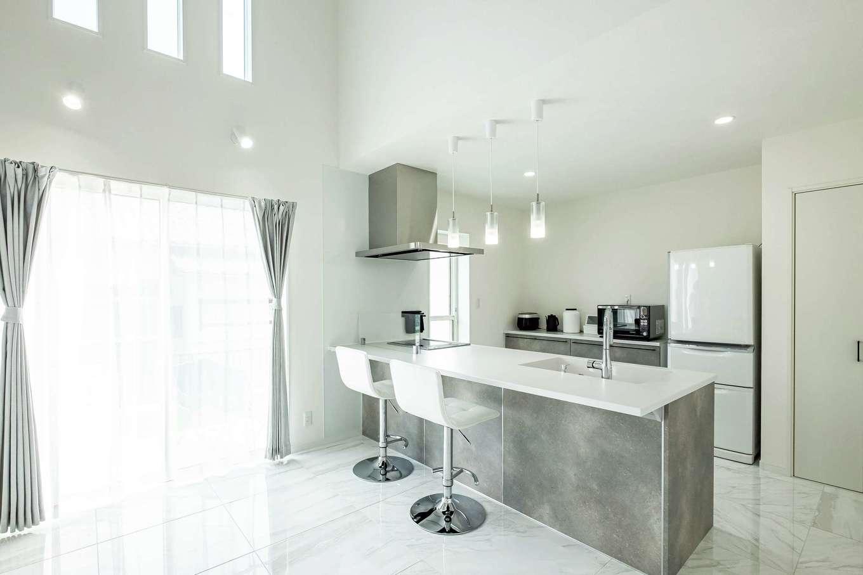 アフターホーム【デザイン住宅、子育て、インテリア】リビングも階段も見通せるオープンキッチンも奥さまのお気に入り