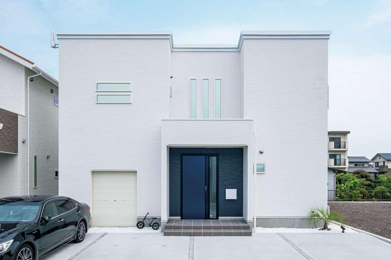 アフターホーム【デザイン住宅、子育て、インテリア】シンプルなキューブ型の外観。アウトドア用品を外から出し入れできる納戸を付けた