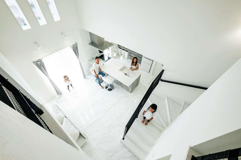 アフターホーム【デザイン住宅、子育て、インテリア】5m超の吹き抜け空間はリゾート感いっぱい