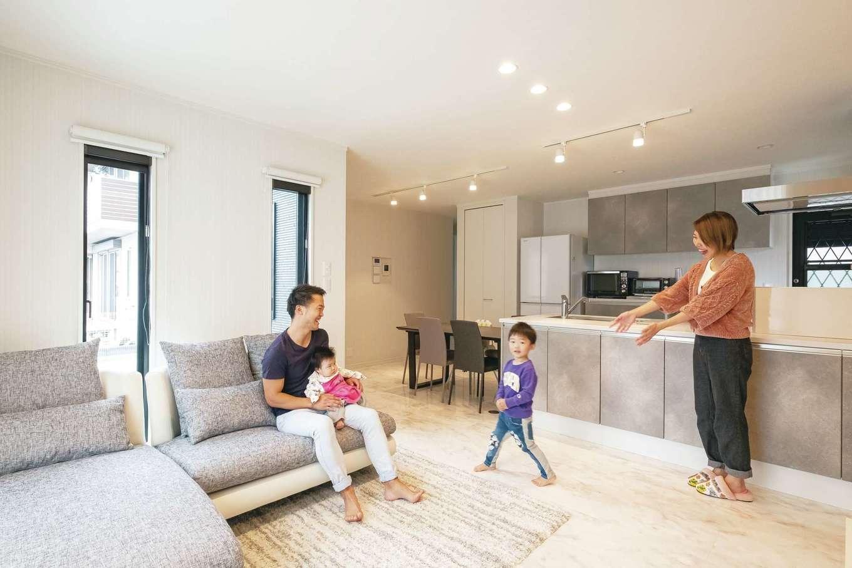 IDK 住まいの発見館【収納力、省エネ、間取り】LDKは気に入ったキッチンを中心にコーディネート。光沢のある石目調のフロアにモノトーンのインテリアをあわせ、スタイリッシュながら落ち着きのある空間に。親世帯の暮らしとの距離感も、ほどよいものになるよう設計されている