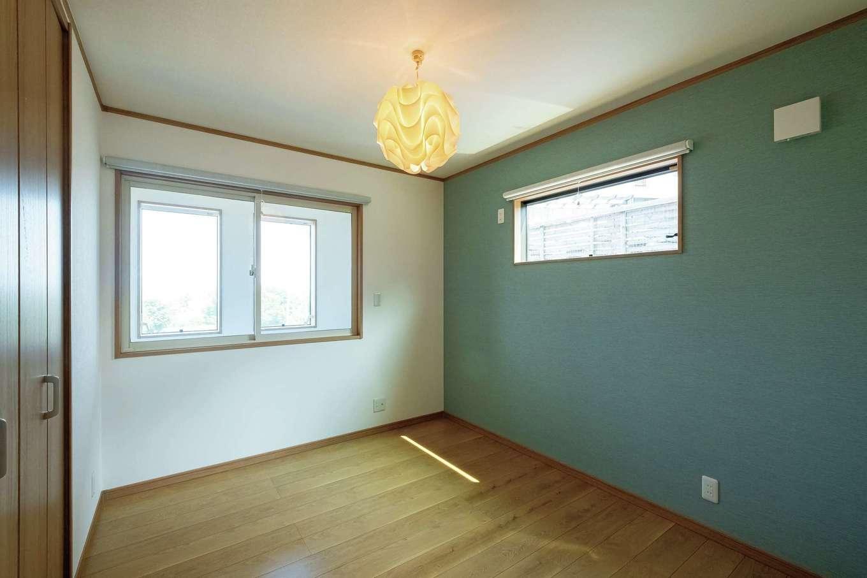 IDK 住まいの発見館【趣味、省エネ、インテリア】子ども部屋。吹き抜けに面した左の窓は、冷暖房効率を上げるために設置