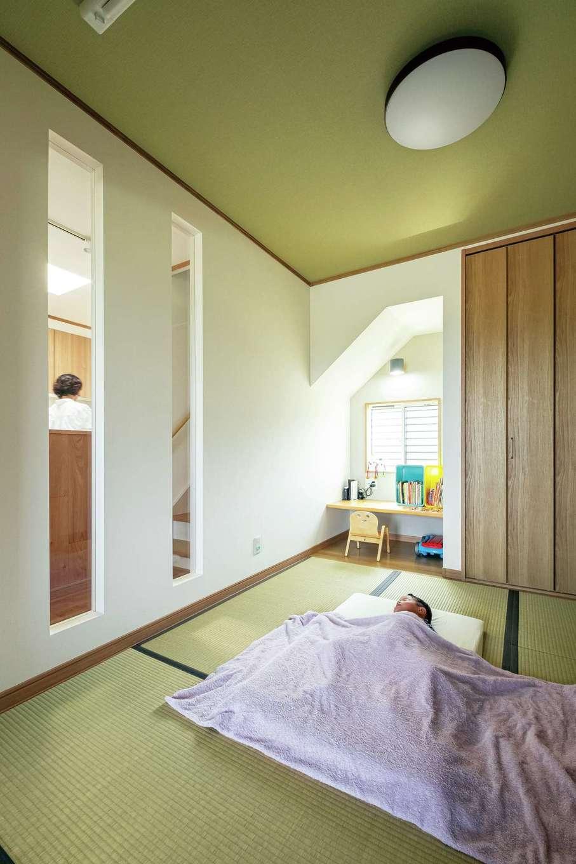 IDK 住まいの発見館【趣味、省エネ、インテリア】壁のスリット越しに、キッチンから和室の中が見える造り