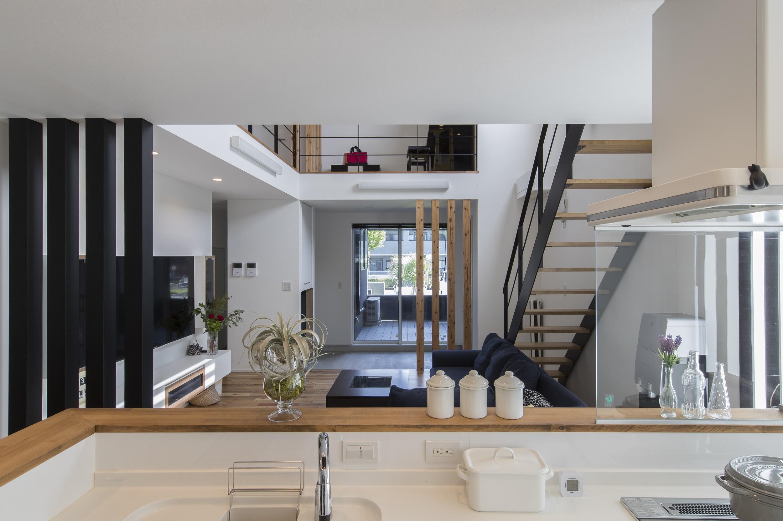 S.CONNECT(エスコネクト)【デザイン住宅、子育て、建築家】キッチンに立つと、土間やテラスで遊ぶ様子はもちろん、2階でピアノを練習する様子まで見渡せる。「どこにいても子どもの様子がよくわかるんです」と嬉しそうな奥さん。吹抜けが上下階をつなぎ、のびやかな空間が広がる