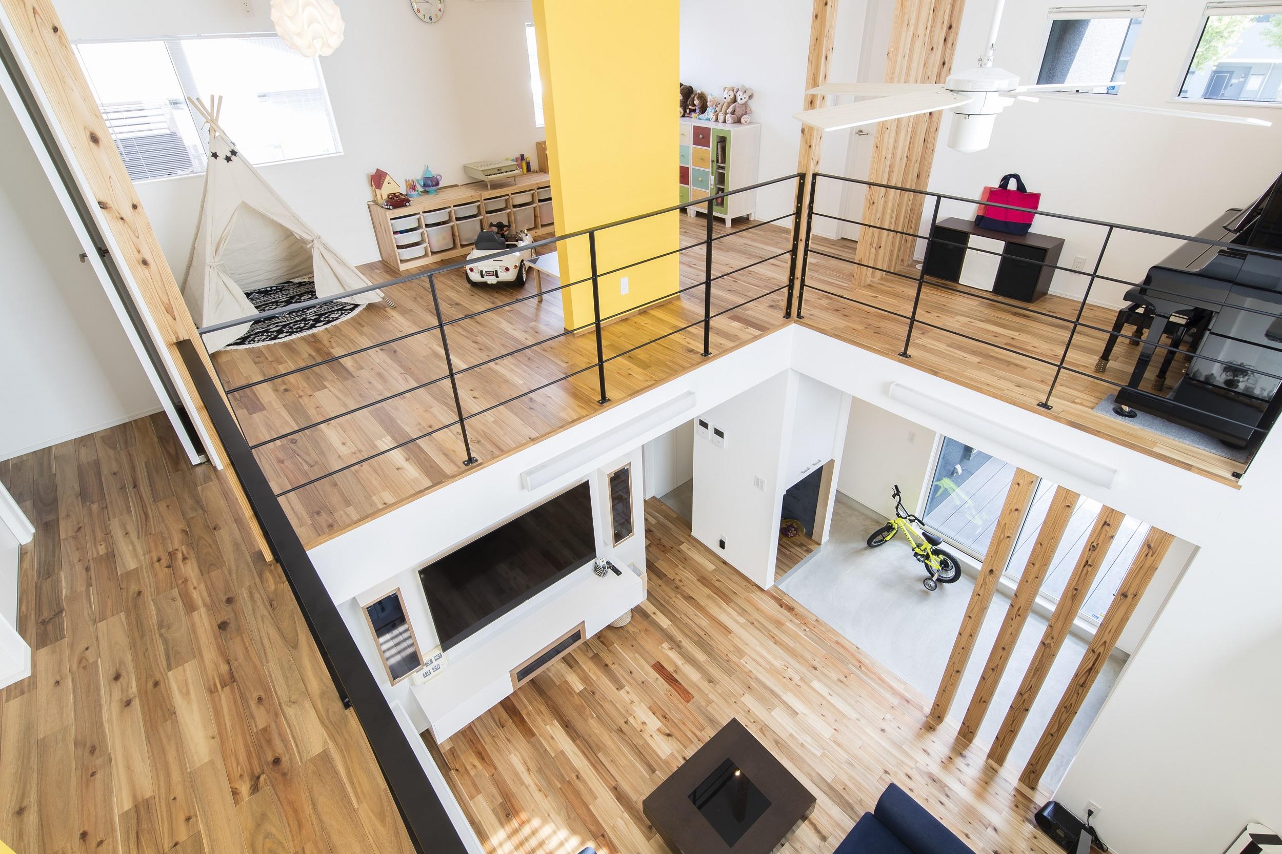 S.CONNECT(エスコネクト)【デザイン住宅、子育て、建築家】2階も仕切りを最低限に抑えて、オープンな間取りが実現。吹抜けを囲む2階のフリースペースで、子どもたちは空間を自由自在に使ってフレキシブルに楽しんでいる
