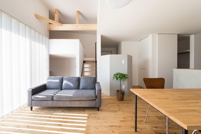 S.CONNECT(エスコネクト)【デザイン住宅、狭小住宅、建築家】やわらかな光と心地いい風を招き入れるリビング。ナチュラルな雰囲気の空間に合わせて、シンプルな家具でコーディネート。オーク材の床の経年変化も楽しみで、キズさえも味わいになっていく