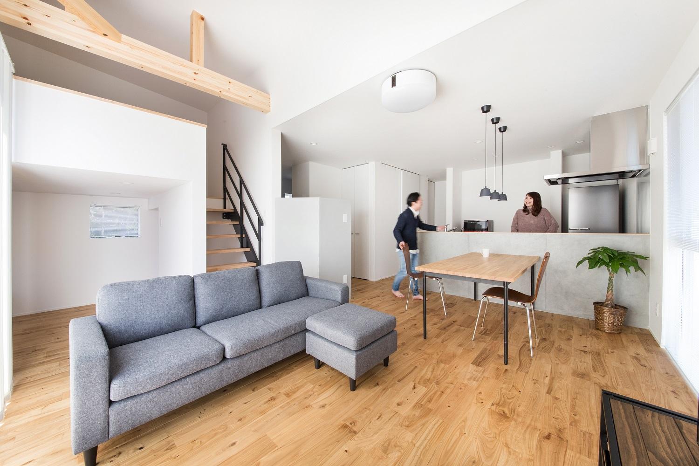 S.CONNECT(エスコネクト)【デザイン住宅、狭小住宅、建築家】天然木の魅力を五感で楽しみながら暮らせるLDK。ロフトを寝室として使い、空きスペースを書斎に使っている