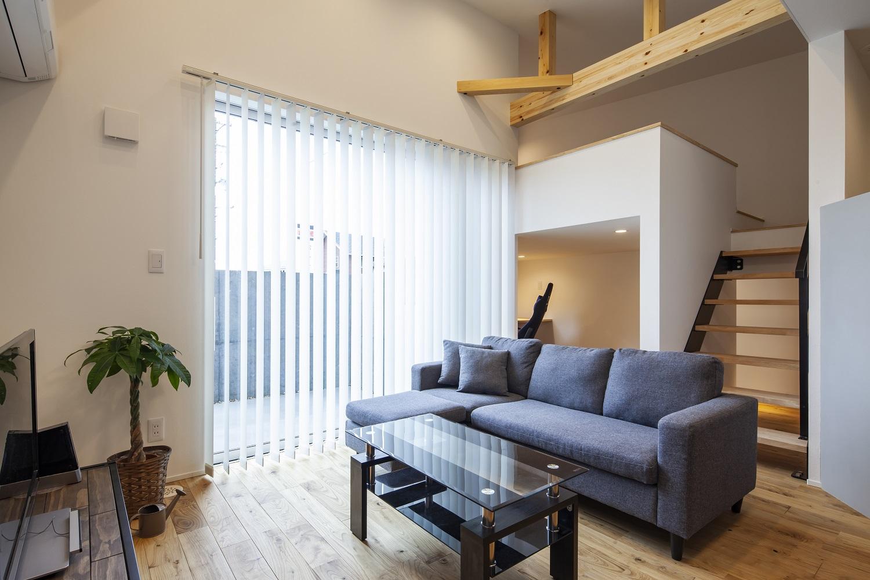 S.CONNECT(エスコネクト)【デザイン住宅、狭小住宅、建築家】中庭のコンクリートの壁にリビングからプロジェクターをあてて、巨大な映像を映し出せる。場所を取らずに趣味の世界を満喫できるという建築家のアイデアに脱帽!