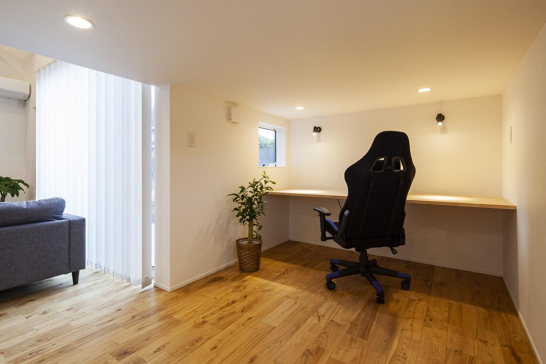 S.CONNECT(エスコネクト)【デザイン住宅、狭小住宅、建築家】ロフト下の書斎コーナー。小さな窓からは中庭も見える。低い天井が落ち着きと集中力をもたらしてくれる。家族構成の変化に応じて、どんな用途にも使える便利な空間