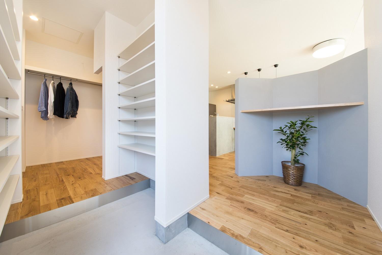 S.CONNECT(エスコネクト)【デザイン住宅、狭小住宅、建築家】玄関を入ってすぐに室内が丸見えにならないよう、シューズクローゼットとアクセントウォールでやんわりと目隠し。外着専用のウォークスルークローゼットも設け、お出かけ時もラクラク
