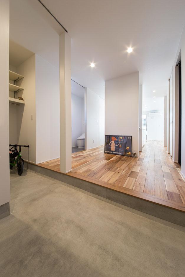 シューズクローク付きの玄関は土間にも広さにゆとりを持たせてある。玄関の正面にLDKがあり、二方向の動線からアプローチできる。玄関からは直接キッチンが見えないように設計されているため、生活感を感じさせないスタイリッシュな空間をキープできる