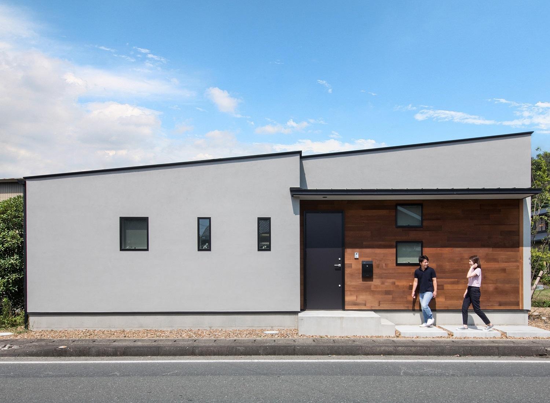 S.CONNECT(エスコネクト)【デザイン住宅、狭小住宅、建築家】40坪の敷地に完成した20坪の平屋。塗り壁とレッドシダーが程よく調和した片流れの外観がのどかな街並みに溶け込んでいる。狭小地でも変形地でも、建築家の創意工夫でハンディを魅力に変えることができる
