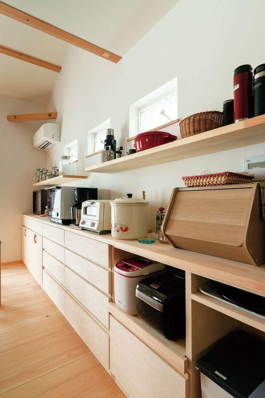 福工房【趣味、自然素材、平屋】奥さま絶賛のキッチン収納。木製の造作で温かみが伝わる。見せる、隠すのバランスも良く、祖母が愛用していた蠅帳や昭和レトロな雑貨もなじんでいる