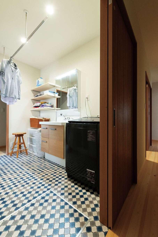 福工房【趣味、自然素材、平屋】リビングの裏は家族のプライベート空間。家族分の衣類を収納するウォークインクローゼットと洗面脱衣所を囲むように廊下を配置して、さらに洗面脱衣所を通って回遊できる動線を確保した