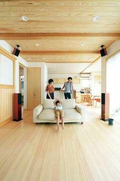 家族の団らんを優しく包む 自然素材と快適な温熱環境