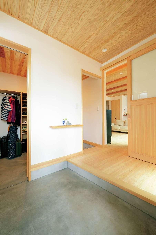 仲田工務店【子育て、趣味、省エネ】玄関ホールは、家族が出入りする土間収納のつくりや、ちょっとした雑貨を飾ったりはんこ置きにしたりと便利な棚をつくるなど、使いやすさの工夫も
