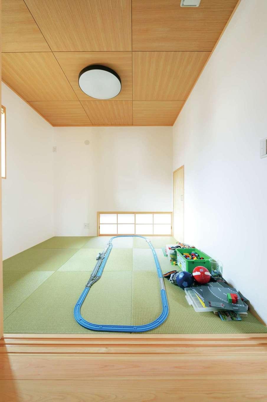 仲田工務店【子育て、趣味、省エネ】地窓のある和室は琉球畳と合わせた天井が個性的