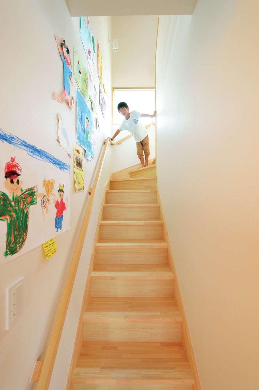 仲田工務店【子育て、趣味、省エネ】家族が毎日顔を合わせられるリビング階段。いつしか、子どもの作品を飾るギャラリーに