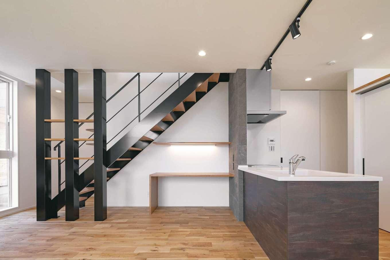 構造上必要な3本の柱に金属を巻き、見せる収納棚も造作してインテリアとして演出。階段下のデッドスペースに子どものスタディコーナーも設けた